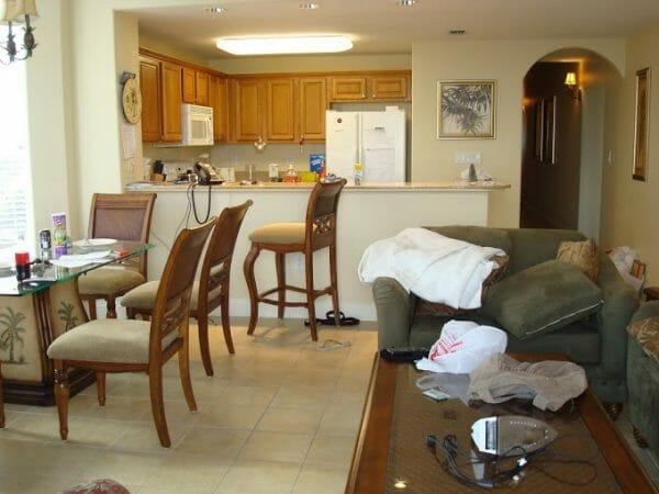 Não repara a bagunça (porque em grupo grande é sempre assim mesmo), mas um condo com apartamento com várias suítes, sala, varanda e cozinha é uma ótima opção para qualquer viagem.