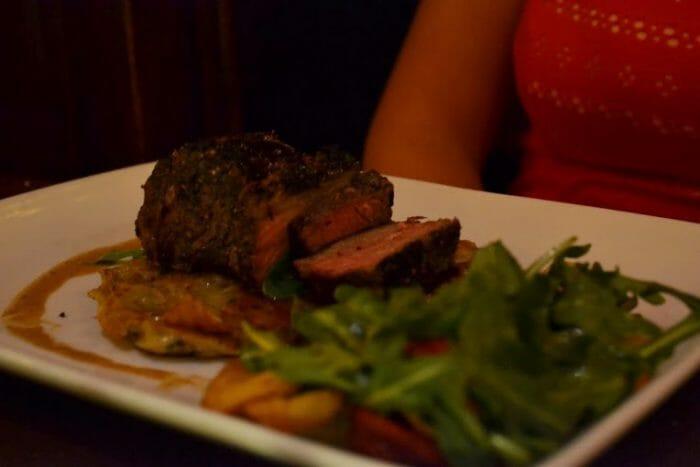 Le Cellier - Tudo bem que eu já desmontei a decoração do prato antes da foto, mas dá pra ver como a carne é bonita, não dá?