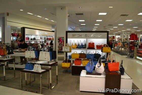 Bolsas, roupas e cosméticos de diversas marcas são encontrados aqui.