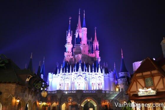 O castelo também fica lindo de outros ângulos.