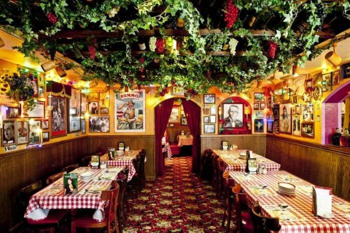 Um dos salões do Buca di Beppo em Orlando. Decoração italiana