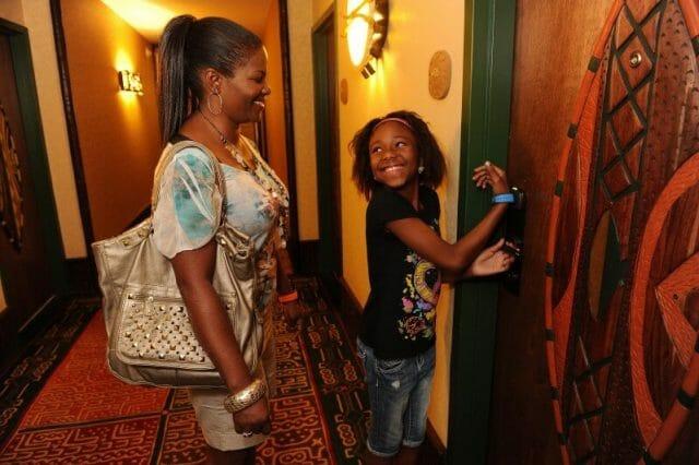 My Disney Experience: Usando a MagicBand para abrir a porta do quarto do hotel no Animal Kingdom Lodge