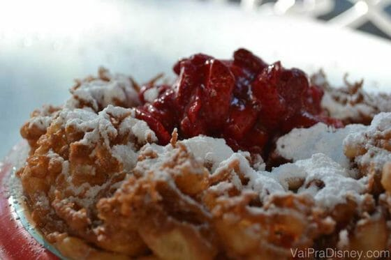 Funnel Cake com calda de morango do Sleepy Hollow.
