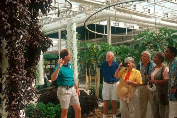 Behind de Seeds no Epcot. A foto de divulgação da Disney é bem antiga - dá pra ver pelas roupas!