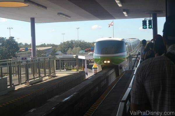 Monorail chegando na estação.