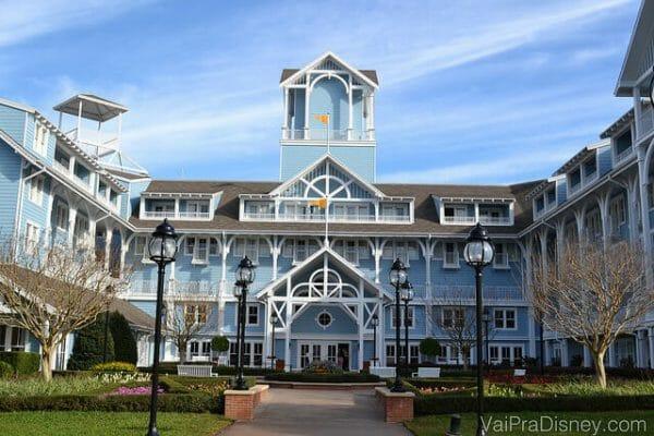 Saída do lobby do Disney's Beach Club Resort que cai direto em um lago muito bonito