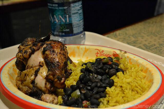 Oak-grilled rotisserie chicken with black beans and yellow rice. O famosos frango de padaria com um arroz e feijão que pouco lembra o brasileiro.