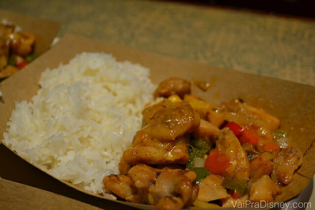 Sweet and sour chicken with jasmin rice. Bem saboroso e sem excesso de tempero.