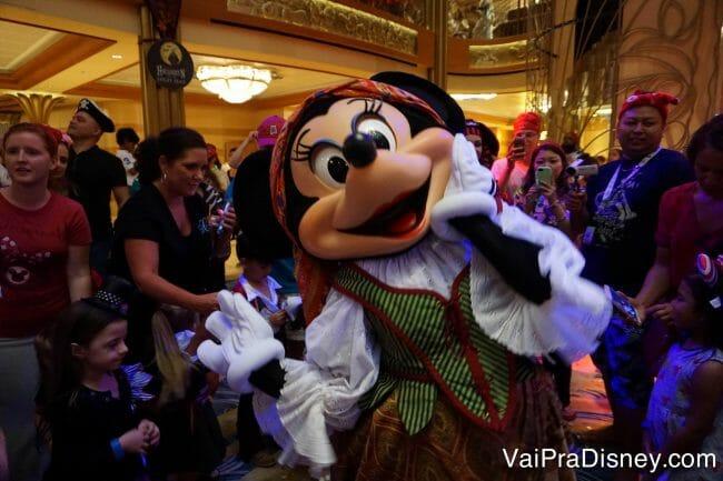 Minnie dançando com as crianças na festa pirata do cruzeiro.
