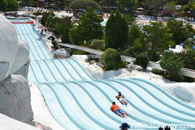 Parques: Toboggan Racers no Blizzard Beach, da Disney, em que você usa tapetes para deslizar até a piscina