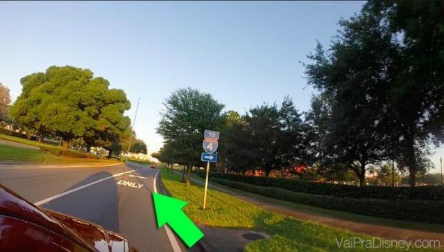 Veja nesse exemplo, a rua é a mesma, mas só poderá fazer a conversão a direita, quem tiver na faixa da direita.