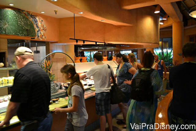 Restaurante central do Discovery Cove no estilo buffet: comida a vontade