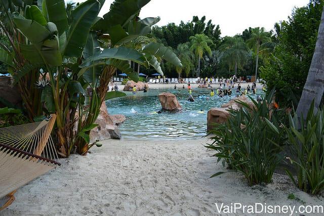 """Areia branca e águas claras. Essa é a paisagem no Discovery Cove, o """"parque"""" dos golfinhos"""