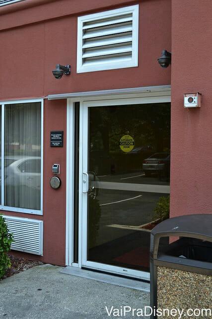 Entrada lateral do Hampton Inn em que s]o ]e possível acessar com a chave do quarto. Segurança em primeiro lugar.
