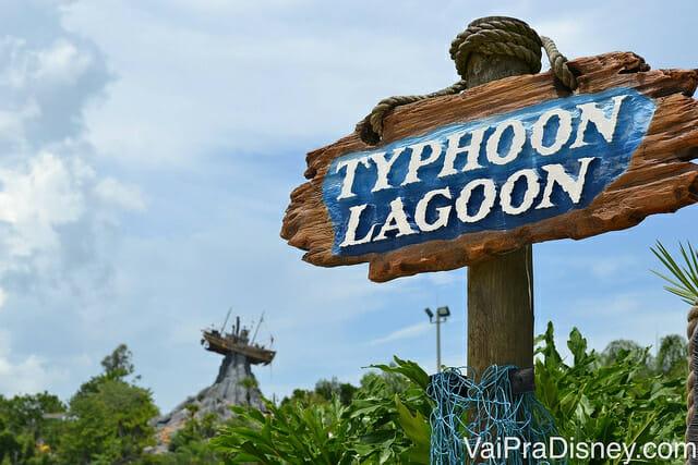 Typhoon Lagoon e o barco que simboliza o parque