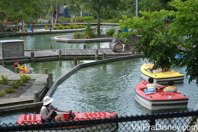 Barquinhos navegando no Boating School do Legoland