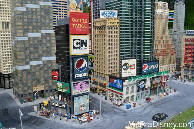 Representação em miniatura da Times Square em Nova York feita de Lego
