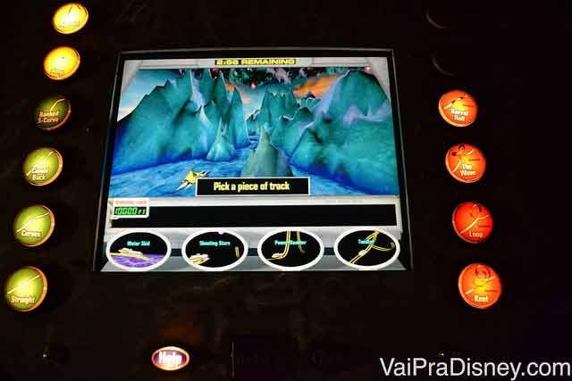 Esse é o computador onde você monta a sua montanha russa no CyberSpace Mountain que fica no Disney Quest