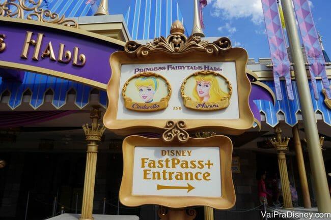 Normalmente no Princess Fairytale Hall tem outras princesas, tão ou mais populares que a Bela. Ela mesmo, pode ser encontrada em alguns outros lugares, como no pavilhão da Françam no Epcot.