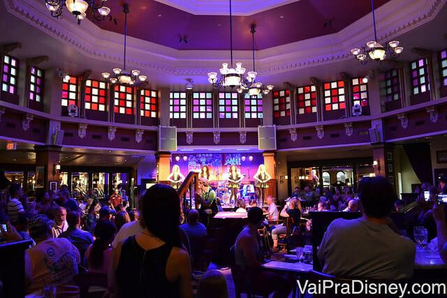 Salão principal do Raglan Road onde acontecem as apresentações de sapateado irlandês e da banda local