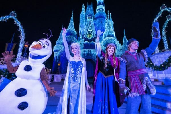 Personagens de Frozen iluminando o castelo no Frozen Holiday Wish