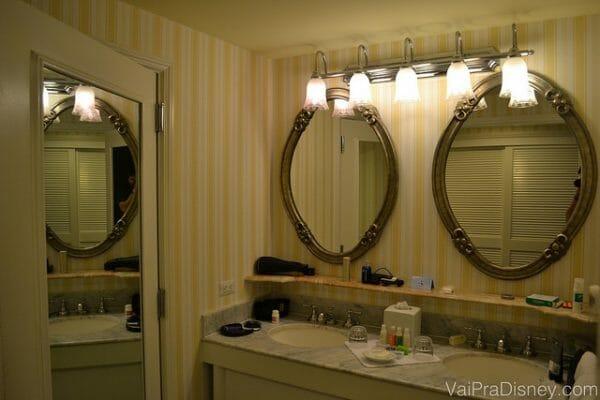 Essa área das pias é bem espaçosa, mas o resto do banheiro em si é bem parecido com o padrão dos hotéis econômicos da Disney.