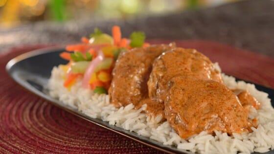 Prato com arroz e frango servido no Namaste Cafe
