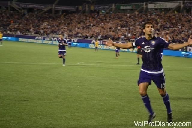 Kaká chamando a galera depois do gol!