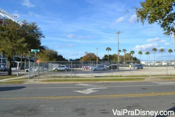 Estacionamento gratuito onde parei meu carro em frente ao estádio do Orlando City. São vários terrenos como esse na região.