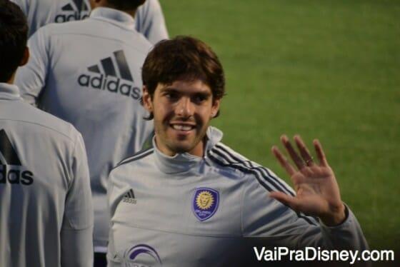 Kaká cumprimentando fãs brasileiros e americanos que foram prestigia-lo em um outro evento do time.
