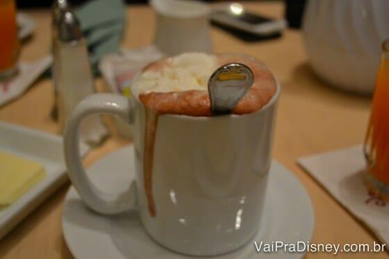 Chocolate quente escorrendo pelas bordas da caneca