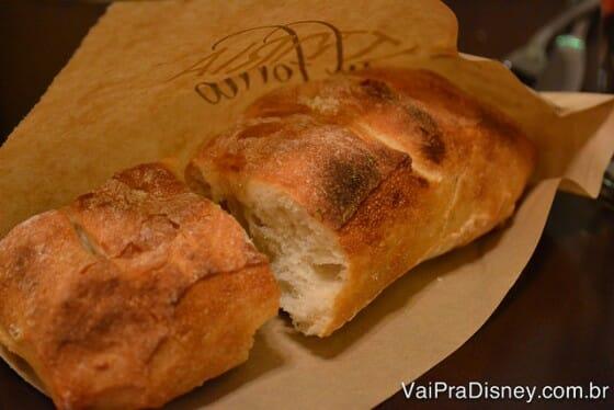 Pão que é servido quentinho e com azeite! Delícia!
