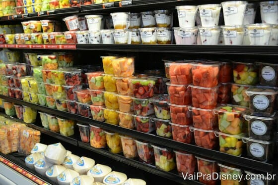 Frutas e iogurtes, tudo pronto para consumo do Whole Foods.
