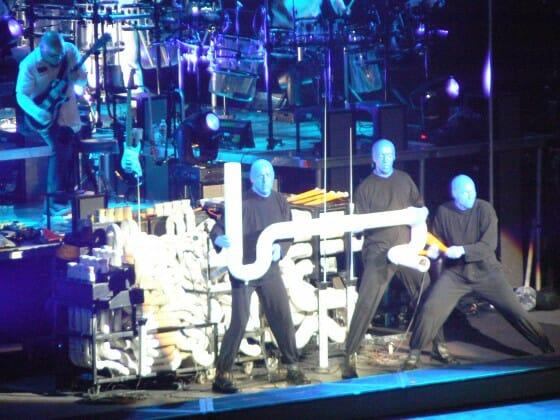 Número musical feito com canos de PVC. Impressionante. Foto cedida pela Universal e Blue Man Group