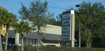 Entrada do Lake Buena Vista Factory Stores. A foto está ruim pois eu tirei enquanto dirigia - menino feio!