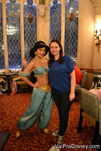 Jasmine no Cinderella's Royal Table. As personagens podem mudar dependendo do dia que você for visitar, mas a Cinderela sempre está por lá.