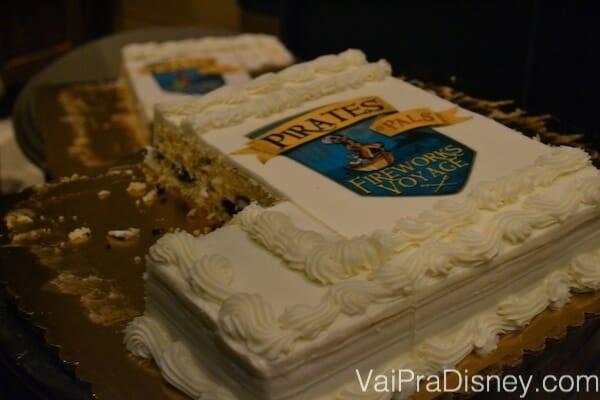 Até o bolo do Pirates & Pals Fireworks Voyage é decorado.