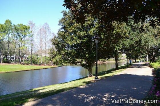 O lago e o fato do hotel ser espaçosa dá um clima tranquilo e aconchegante ao Disney's Port Orleans Riverside.