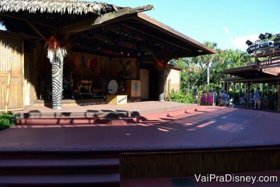 Palco ao ar livre do Spirit of Aloha Dinner Show.