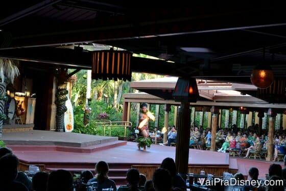 Danças com fogo no Spirit of Aloha