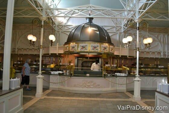 Espaço do buffet e da chapa onde são preparados omeletes e outros tipos de ovos na hora.