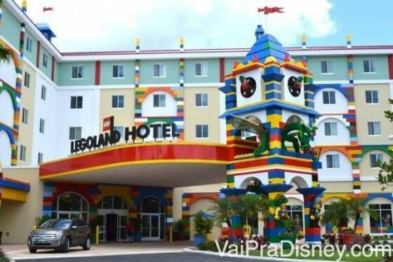 Entrada do Legoland Hotel. Bem colorida e com muitos objetos construídos com Lego.