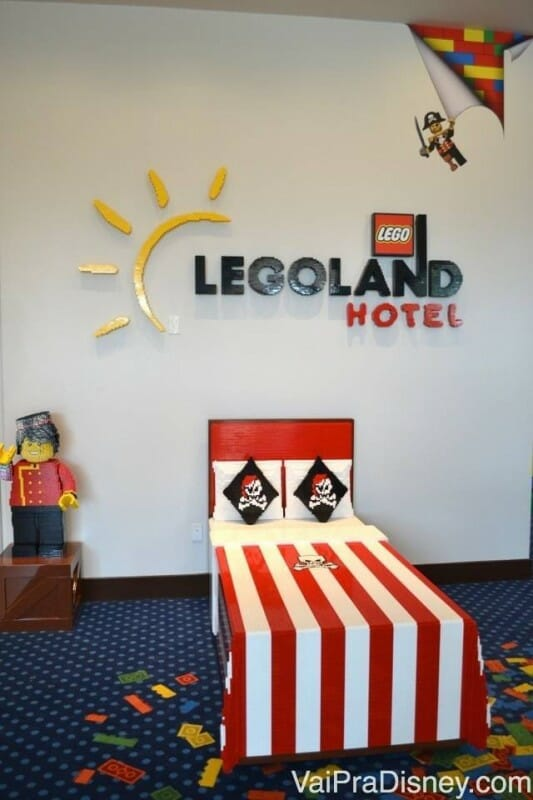 Cama construída de Lego na recepção do Legoland Hotel