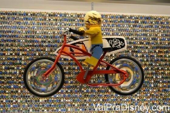 Detalhe na parede da recepção do LegoLand Hotel