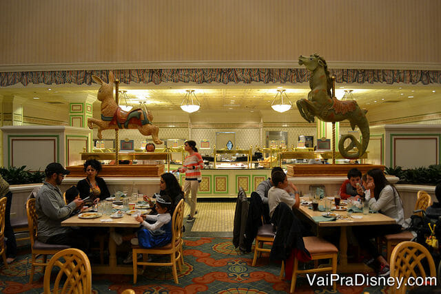 O buffet do 1900 Park Fare é dividido em dois lados mas não se engane achando que eles servem a mesma coisa. Vale passar nos dois lados para saber tudo que está disponível no jantar.