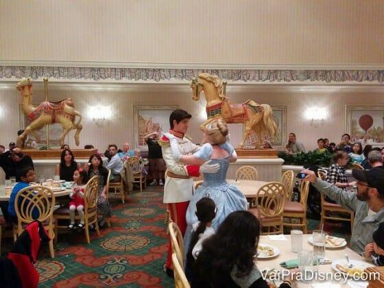 Não conseguiu agendar o Cinderella's Royal Table? Ainda dá para encontrar essa princesa no 1900 Park Fare no jantar.
