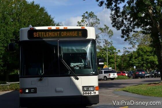 Um dos ônibus internos do Fort Wilderness. Esse letreiro luminoso sempre indica qual a linha do ônibus.