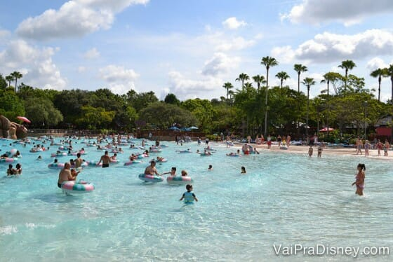 Pensou que o sol só vai te pegar nos parques aquáticos? Nada disso! Protetor solar é necessário em todos os lugares.