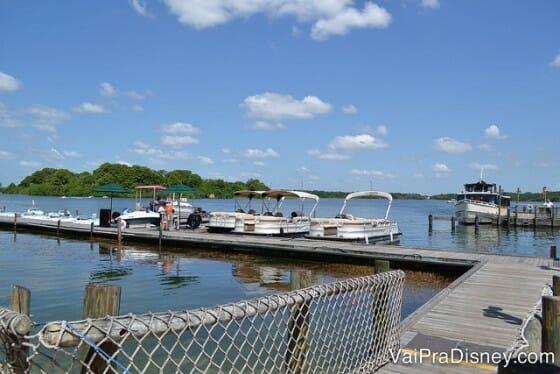 Além dos parques aquáticos, existem diversas outras atividades na água bem legais, como por exemplo alugar um barco.