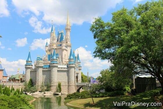 O Magic Kingdom é lindo nos dias de sol, mas saber escolher quais atrações enfrentar fila e quais pegar fastpass+ é muito importante.